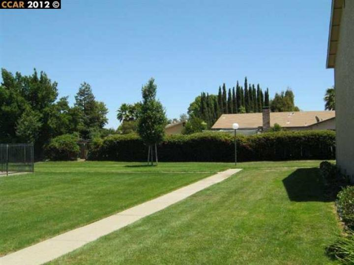 77 Meadowbrook Ave, Pittsburg, CA, 94565-5547 Townhouse. Photo 4 of 7